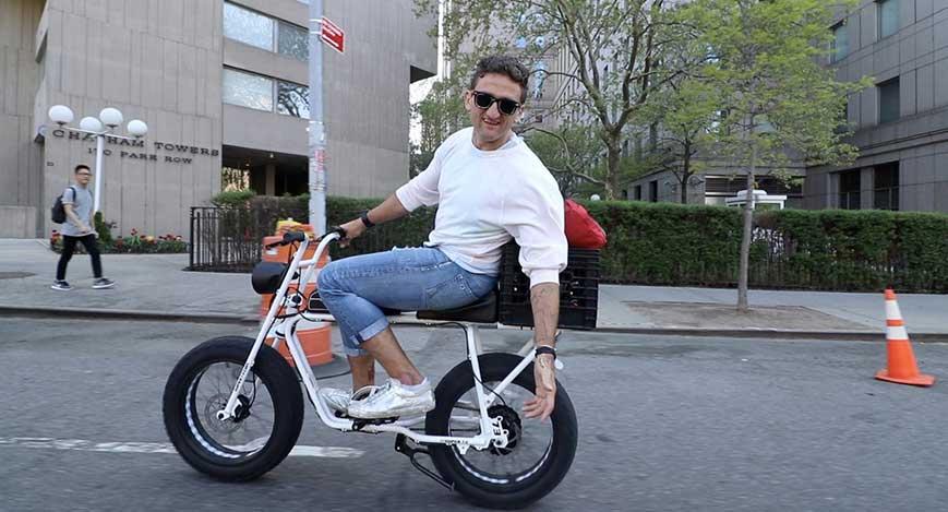 "Casey Neitstat au Super 73 vélo ""width ="" 600 ""height ="" 324"
