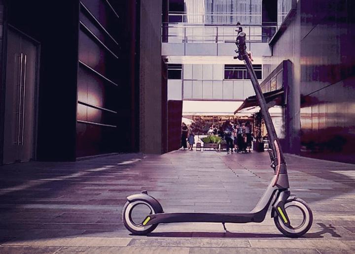 Le scooter électrique Aktivo se présente dans la zone piétonne.