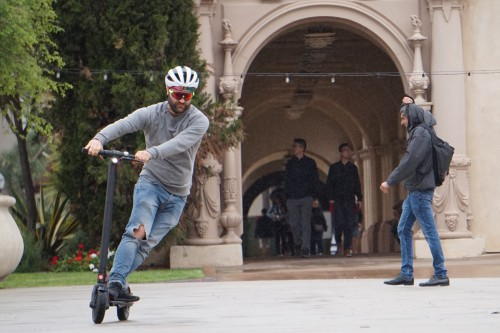 Homme accélérant sur un scooter électrique Gotrax