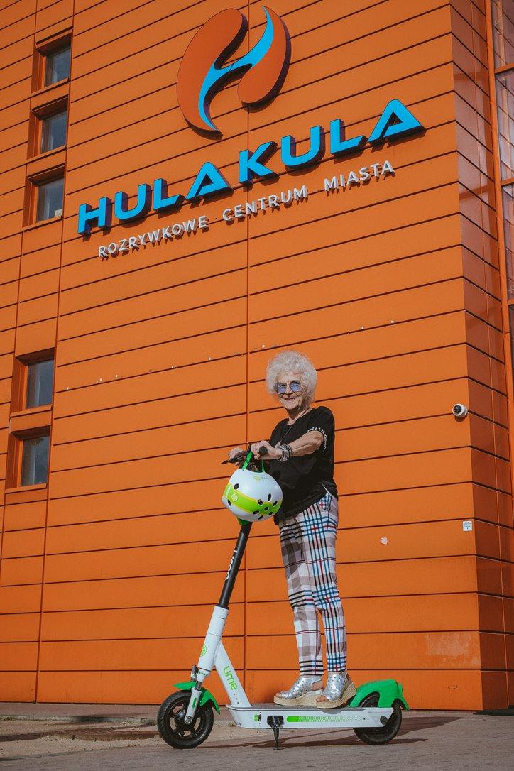 La chaux et les 80 ans du DJ Wika organisent une soirée sur la sécurité en scooter pour les seniors de Varsovie