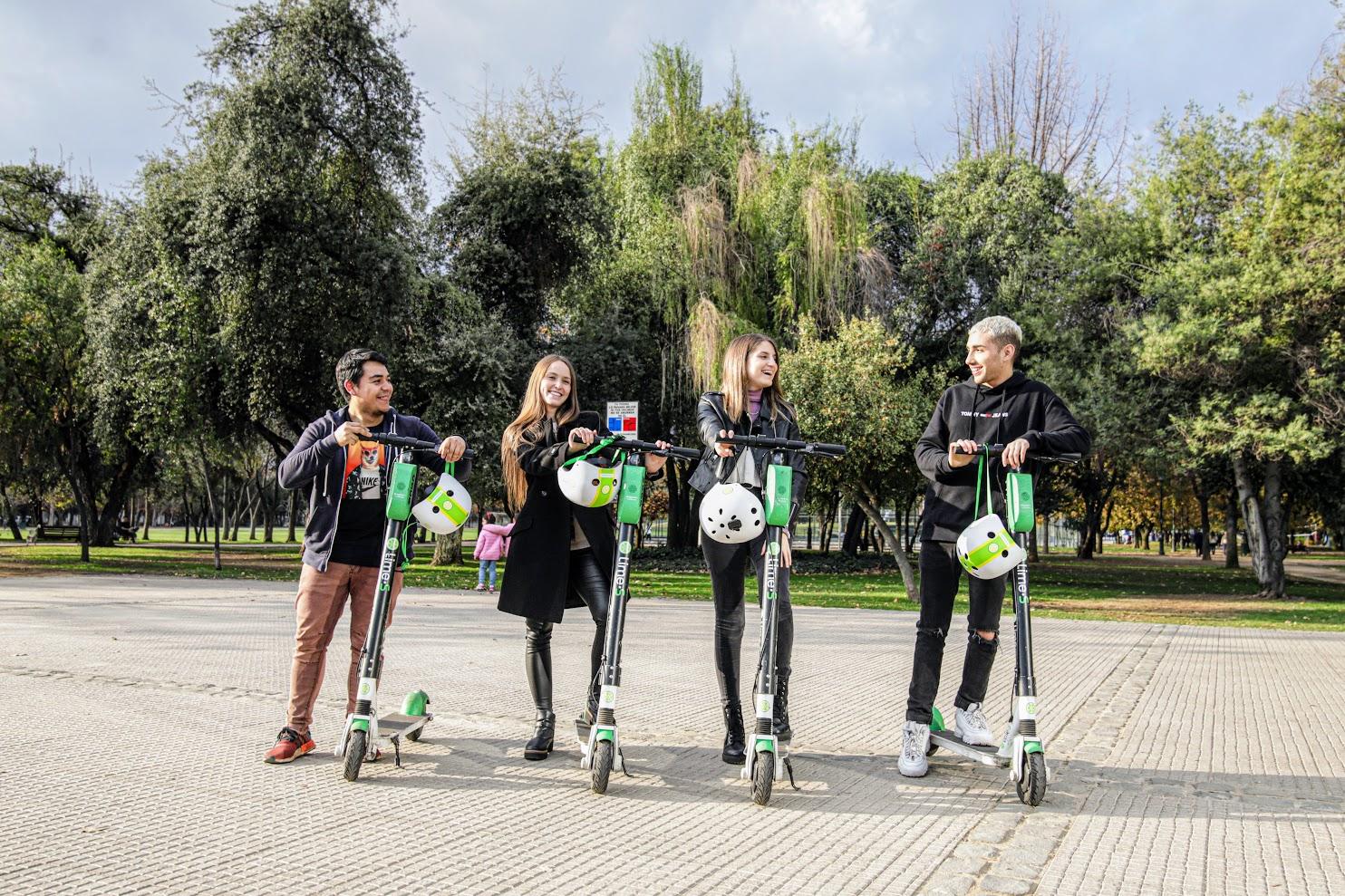 Le Chili célèbre les jalons de la mobilité après la première année de scooters de chaux