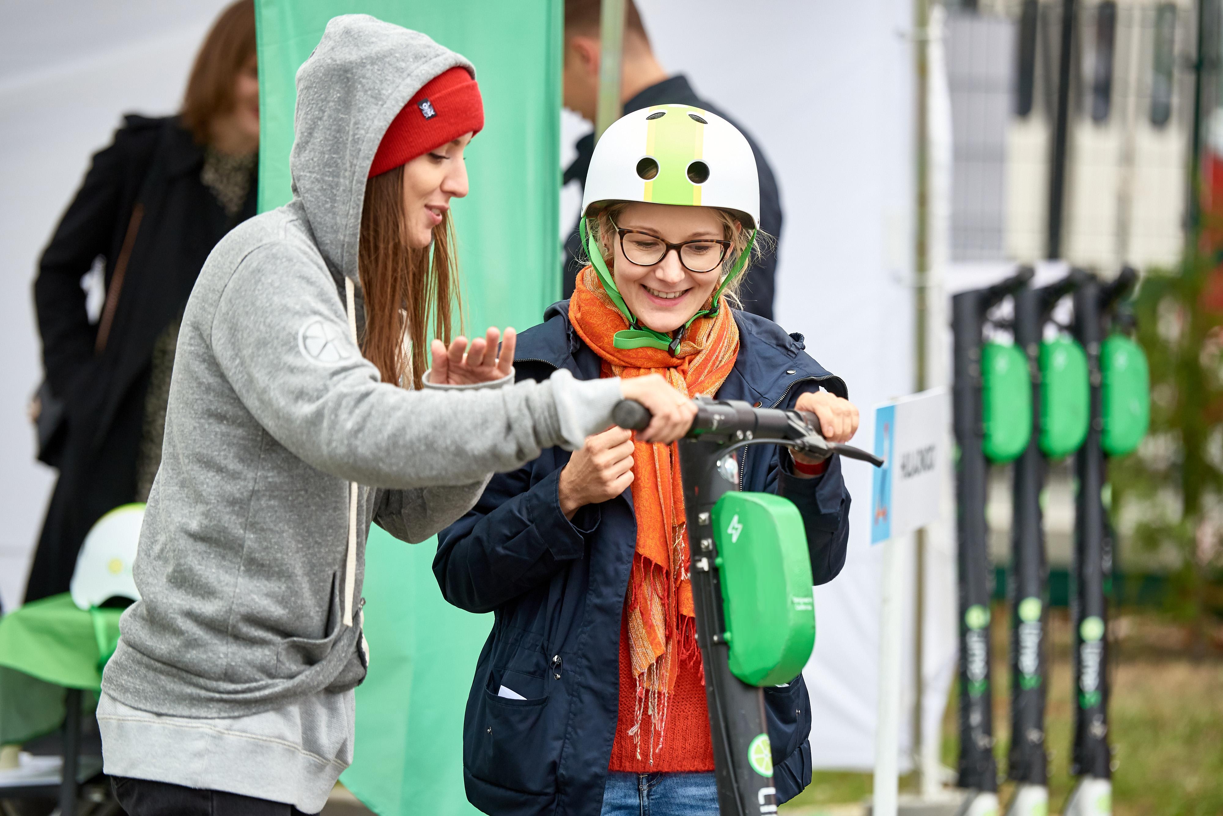 Lime propose des tours gratuits en scooter aux bureaux de vote pour les électeurs polonais